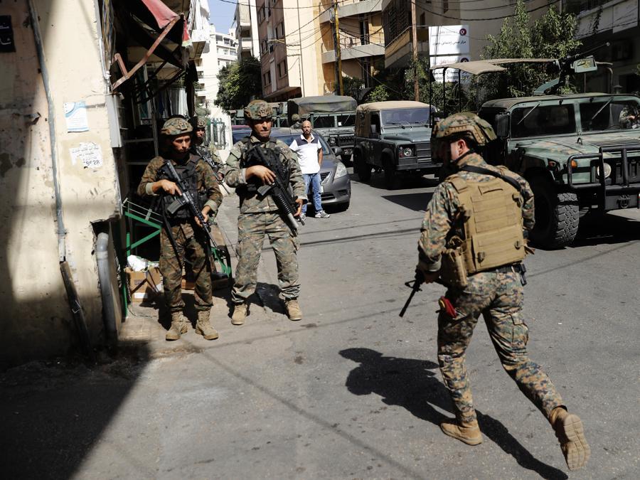 Le forze di sicurezza libanesi pattugliano durante una protesta a Beirut, Libano, giovedì 14 ottobre 2021. Scontri armati sono scoppiati a Beirut giovedì durante la protesta contro il giudice capo che indagava sulla massiccia esplosione dell'anno scorso nel porto della città. (AP Photo/Hussein Malla)