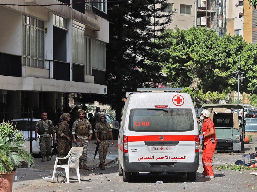 Soldati e medici dell'esercito libanese prendono posizione nella zona di Tayouneh, nel sobborgo meridionale della capitale Beirut, il 14 ottobre 2021, dopo gli scontri a seguito di una manifestazione dei sostenitori di Hezbollah e del movimento Amal (Photo by JOSEPH EID / AFP)
