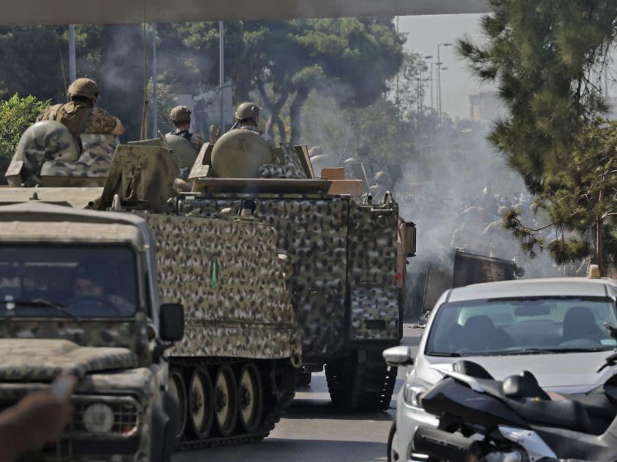 I soldati dell'esercito libanese prendono posizione nella zona di Tayouneh, nel sobborgo meridionale della capitale Beirut, il 14 ottobre 2021, dopo gli scontri seguiti a una manifestazione dei sostenitori di Hezbollah e del movimento Amal. - Gli spari hanno ucciso almeno una persona e ne hanno ferite otto durante una manifestazione a Beirut organizzata dai movimenti sciiti Hezbollah e Amal per chiedere il licenziamento dell'investigatore capo dell'esplosione di Beirut, ha detto la dottoressa Mariam Hassan dell'ospedale Sahel nella periferia sud di Beirut. (Photo by JOSEPH EID / AFP)