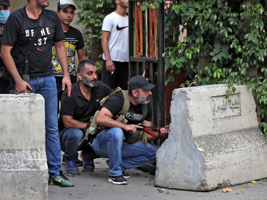 Combattenti del movimento Amal si radunano durante gli scontri nell'area di Tayouneh il 14 ottobre 2021. - Gli spari hanno ucciso almeno tre persone e ne hanno ferite 20 durante una manifestazione a Beirut organizzata dai movimenti sciiti Hezbollah e Amal per chiedere il licenziamento del responsabile dell'esplosione di Beirut. (Photo by ANWAR AMRO / AFP)