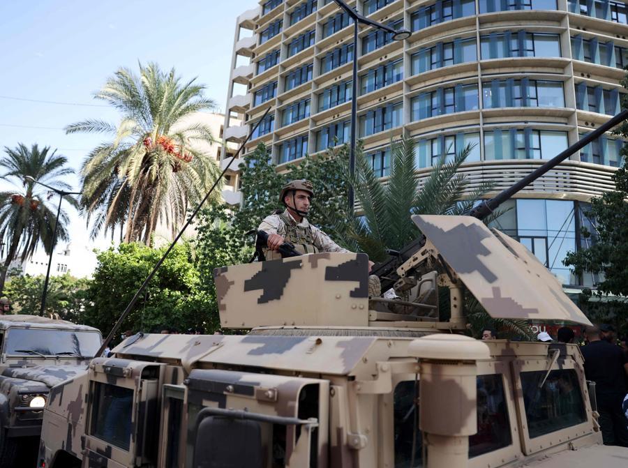 I soldati dell'esercito libanese prendono posizione nella zona di Tayouneh, alla periferia sud della capitale Beirut, il 14 ottobre 2021, dopo gli scontri a seguito di una manifestazione dei sostenitori di Hezbollah e del movimento Amal. (Photo by JOSEPH EID / AFP)