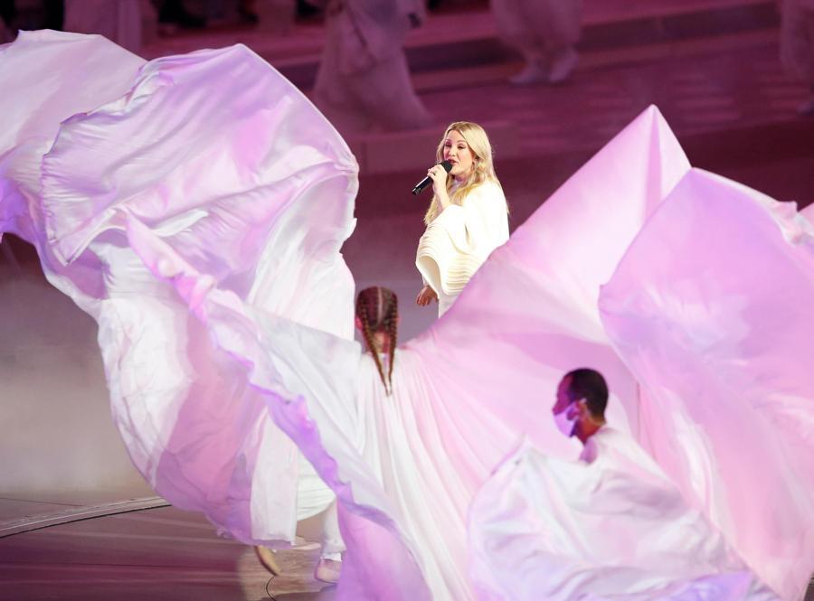 La cantante inglese  Ellie Goulding durante la cerimonia di apertura di  EXPO 2020, Dubai (EPA/ALI HAIDER)