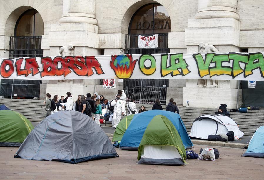 Le tende in cui hanno passato la notte alcuni attivisti del Justice Climate Platform in occasione del Fridays for future, bloccando l'accesso a palazzo Mezzanotte sede della Borsa Italiana in piazza Affari a Milano (ANSA / MATTEO BAZZI)
