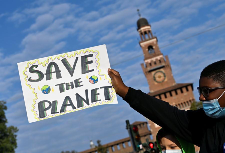 Un manifestante tiene in mano un cartello mentre partecipa a uno sciopero per il clima del venerdì per il futuro mentre i ministri dell'ambiente si incontrano prima della riunione della COP26 di Glasgow, a Milano, Italia. (REUTERS/Flavio Lo Scalzo)