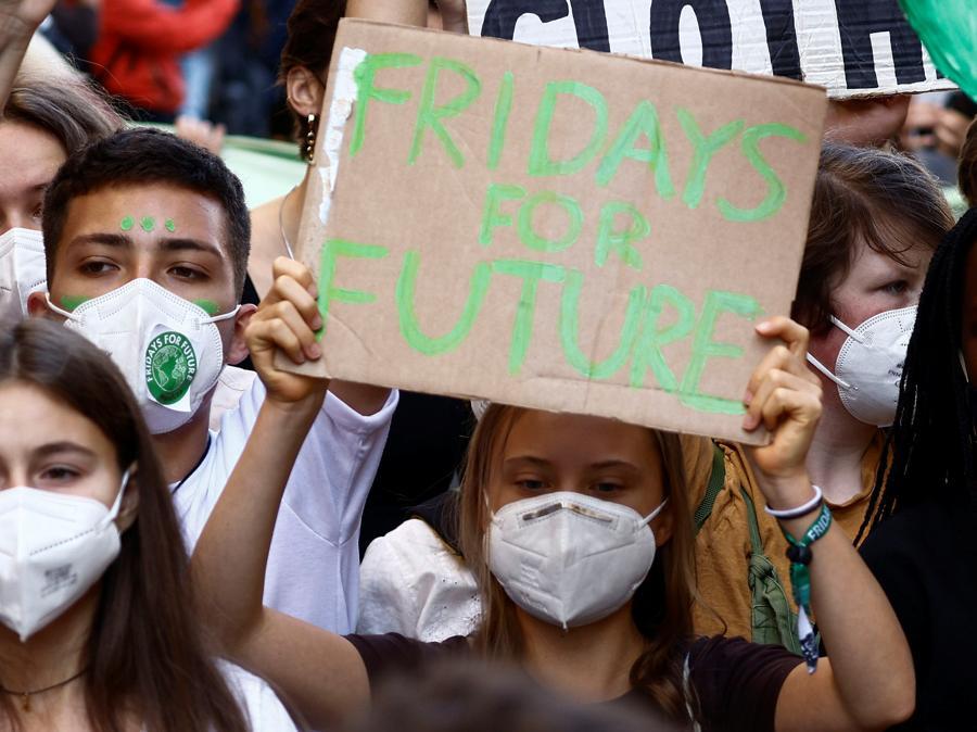 Le attiviste per il clima Vanessa Nakate e Greta Thunberg si uniscono agli studenti che tengono uno sciopero per il clima Fridays for Future mentre i ministri dell'ambiente si incontrano prima della riunione della COP26 di Glasgow, a Milano. (REUTERS/Guglielmo Mangiapane)