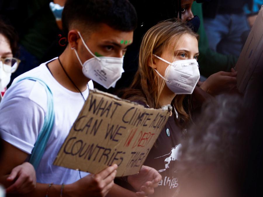 L'attivista per il clima Greta Thunberg si unisce agli studenti che tengono uno sciopero per il clima Fridays for Future mentre i ministri dell'ambiente si incontrano prima della riunione della COP26 di Glasgow, a Milano. (REUTERS/Guglielmo Mangiapane)