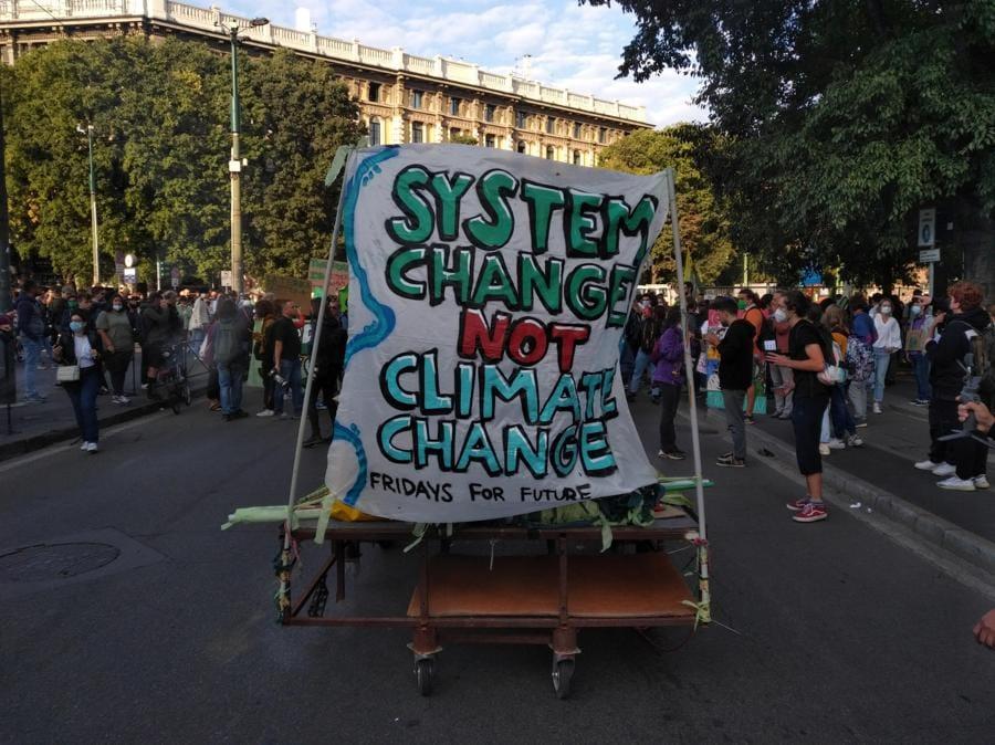 Un momento della manifestazione del Justice Climate Platform in occasione del Fridays for future, Milano. (ANSA / Paolo Verdura)