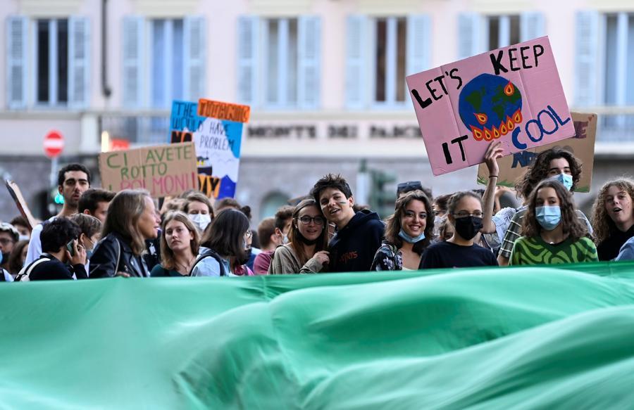 Gli studenti organizzano uno sciopero per il clima Fridays for Future mentre i ministri dell'ambiente si incontrano prima della riunione della COP26 di Glasgow, a Milano. (REUTERS/Flavio Lo Scalzo)