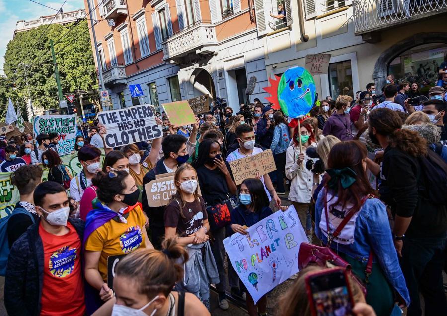 L'attivista per il clima svedese Greta Thunberg e i giovani attivisti per il clima marciano durante uno sciopero degli studenti Fridays for Future il 1 ottobre 2021 a margine degli eventi Youth4Climate e Pre-COP 26 a Milano. (Photo by MIGUEL MEDINA / AFP)