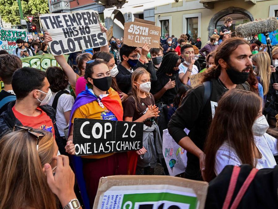 L'attivista per il clima svedese Greta Thunberg (C) e i giovani attivisti per il clima marciano durante uno sciopero degli studenti Fridays for Future il 1 ottobre 2021 a margine degli eventi Youth4Climate e Pre-COP 26 a Milano. (Photo by MIGUEL MEDINA / AFP)