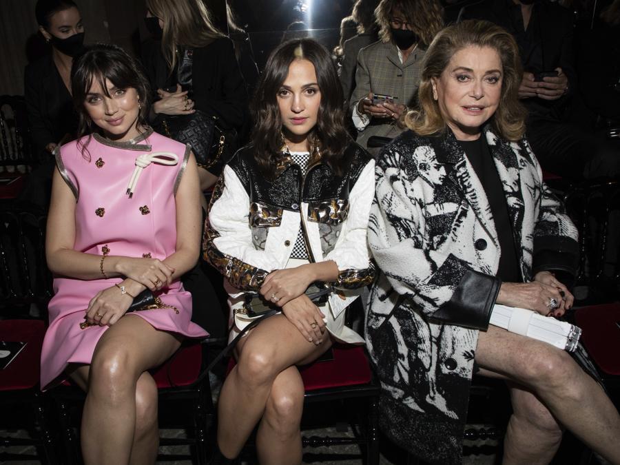 Ana de Armas, Alicia Vikander and Catherine Deneuve alla presentazione di Louis Vuitton Primavera-Estate 2022. (Photo by Vianney Le Caer/Invision/AP)