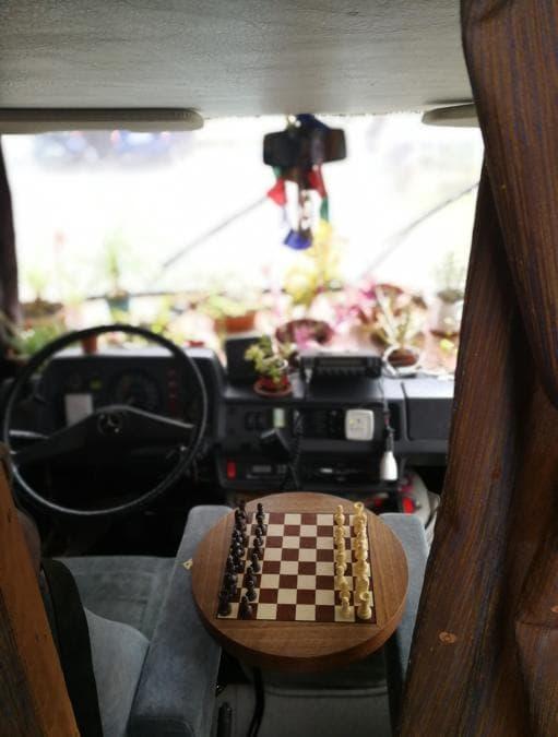 Partita a scacchi in una giornata piovosa