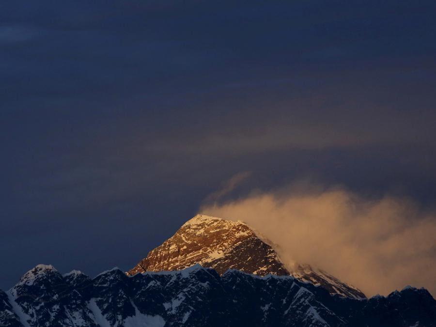 La Luce illumina il Monte Everest. (REUTERS/Navesh Chitrakar/File Photo)
