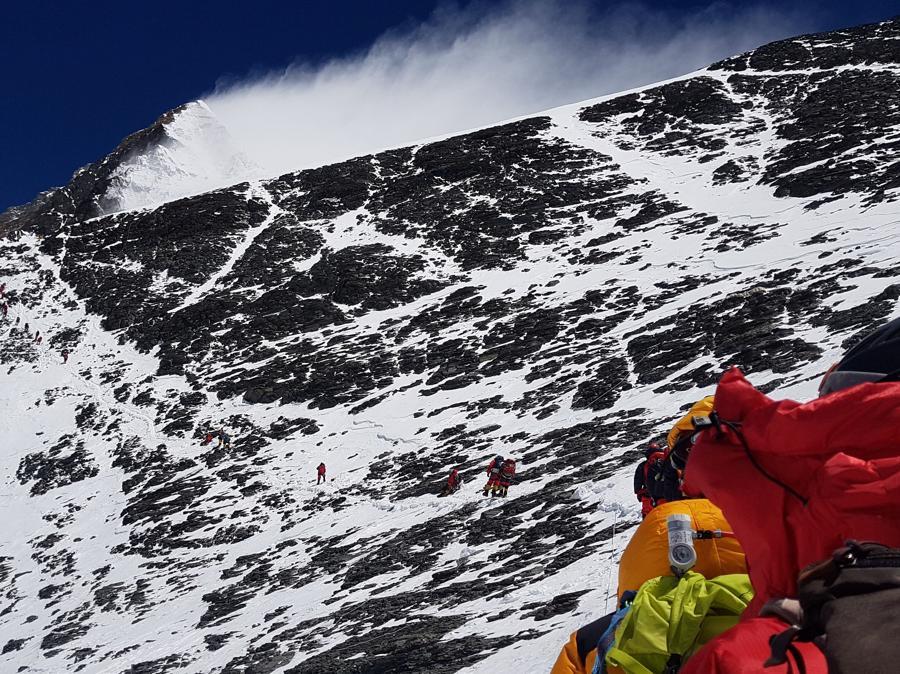 Il climber Nick Hollis, in ascensione sul Monte Everest, fa vedere uno scorcio della parte sud. (Nick Hollis/via REUTERS)