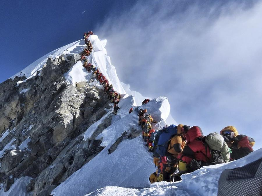 Una lunga coda di climbers per salre sul Monte Everest. (Nimsdai Project Possible via AP)