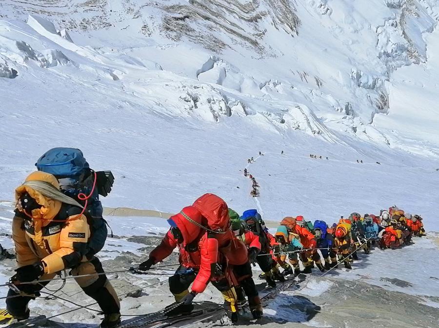 Una lunga coda di climbers per salre sul Monte Everest. (AP Photo/Rizza Alee)