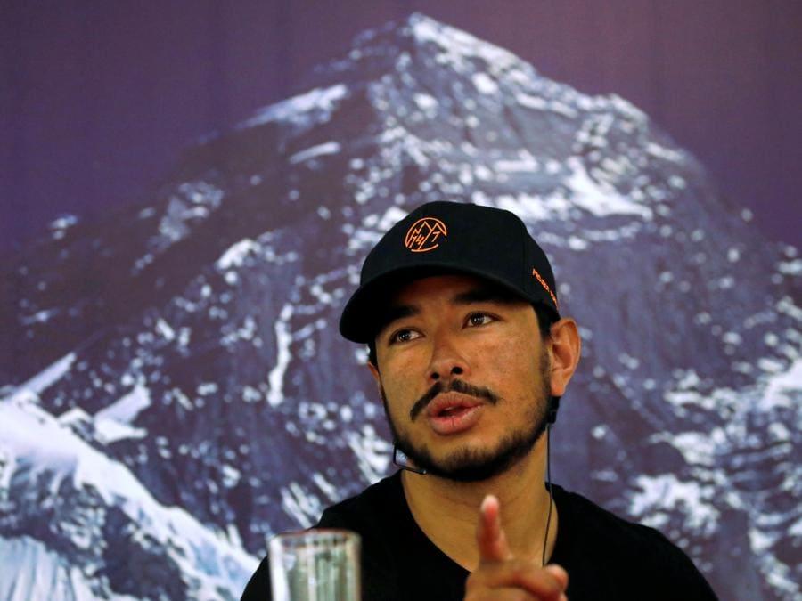 Nirmal Purja,detiene il record per aver scalato 14 picchi di 8000 metri in sette mesi. (REUTERS/Navesh Chitrakar)