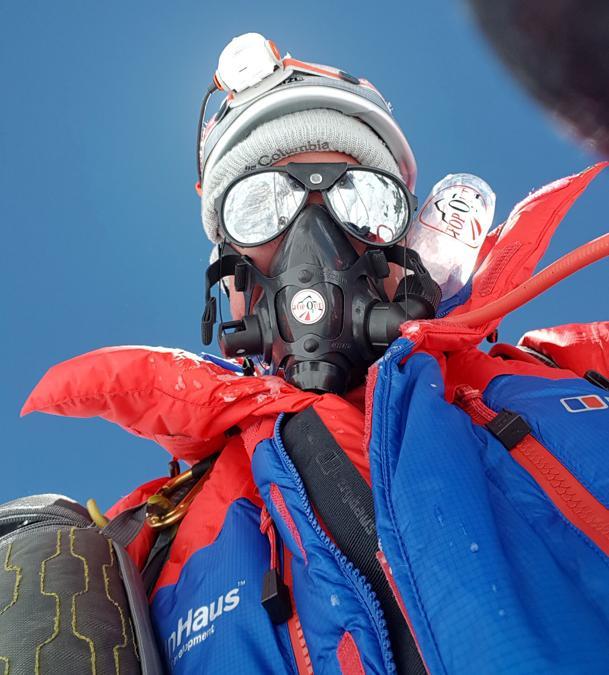 Nick Hollis si fa un selfie durante l'ascesa sul Monte Everest. (Nick Hollis/via REUTERS)