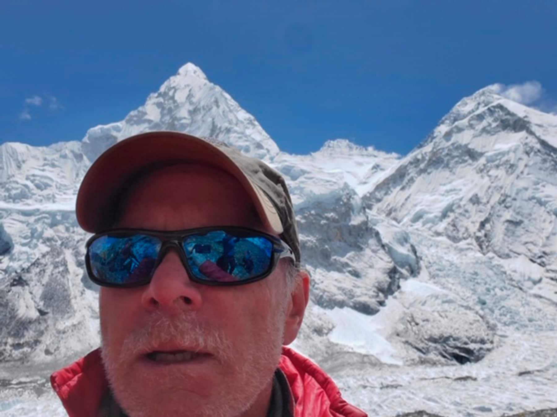 Un selfie di  Mark Kulish, suo fratello Christopher Kulish e deceduto salento sul monte Everest. (Christopher Kulish/Mark Kulish via AP)