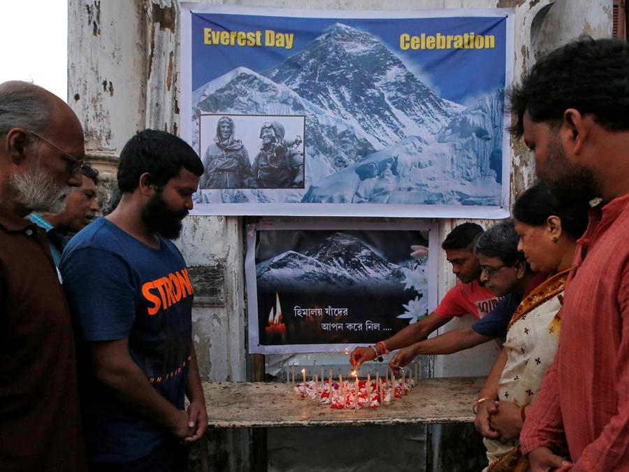Gente comune accendono candele e pregano per le persone decedute mentre scalavano il Monte Everest. (REUTERS/Rupak De Chowdhuri)
