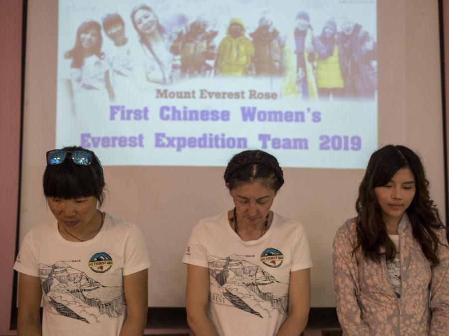 Le prime donne cinesi che hanno effettuato la prima spedizione cinese sull'Everest Tsang Ying Hung, Ma Liyamu and Sun Nigning rispettano un minuto di silenzio in ricordo di Kalpana Das indiano morto mentre scalava l'Everest. (EPA/NARENDRA SHRESTHA)