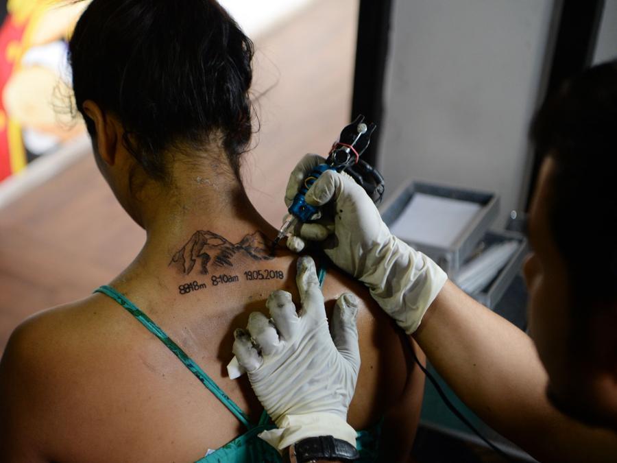 La foto giornalista Purnima Shrestha si fa tatuare l'Everest. (Photo by PRAKASH MATHEMA / AFP)