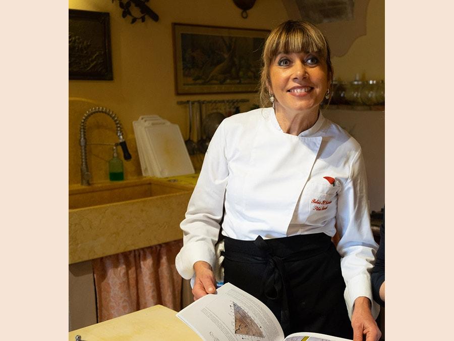 Cortona, Il Falconiere. La chef Silvia Regi Baracchi durante la cooking class (Credit: Franco Sarcina)