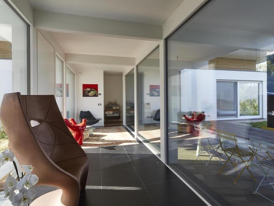 Abitazione in legno prefabbricata costruita sulle colline di Salsomaggiore Terme, in provincia di Parma, da Kager Italia. La pianta si articola così da sviluppare una corte interna orientata verso sud-ovest e protetta dai venti. Da ogni ambiente interno della casa si gode di una visuale a 360, sul panorama circostante. Le grandi vetrate sembrano dei magnifici quadri, apportano molta luce e permettono una continuità tra l'interno della casa e il bellissimo panorama delle colline emiliane.