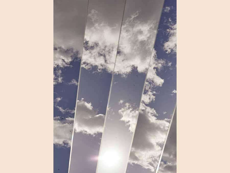 Specchi e luce nella scultura - Il marchio di abbigliamento Cos presenta nel cortile di Palazzo Isimbardi una grande installazione scultorea realizzata dall'artista americano Phillip K. Smith III con protagonisti gli specchi e la luce. www.cosstores.com