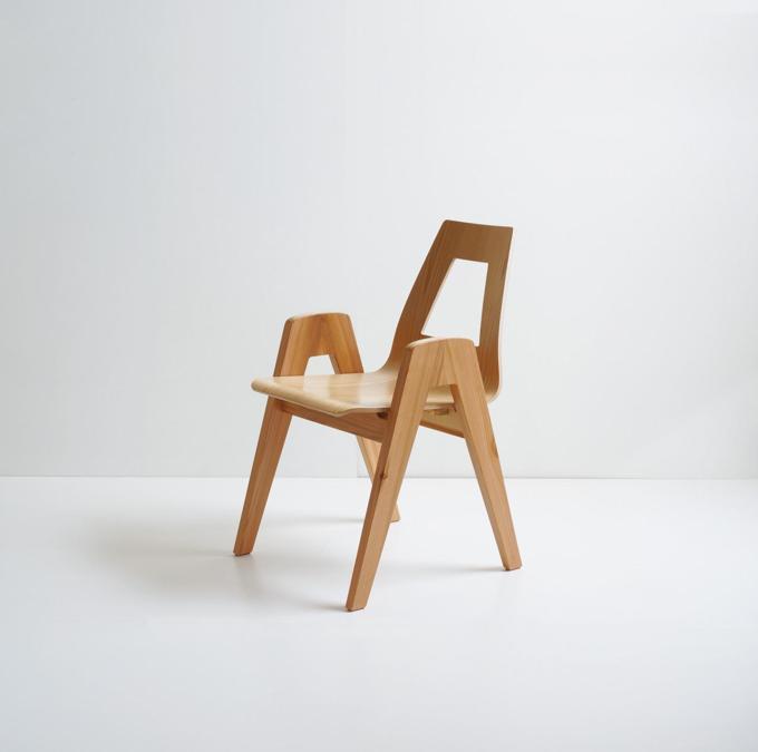 Akita Collection, sedia Aikawa 2, design Toshiyuki Kita; sedia impilabile in legno di cedro rosso giapponese di Akita. Realizzata dall'artigiano Hagiwara Seisakusho.