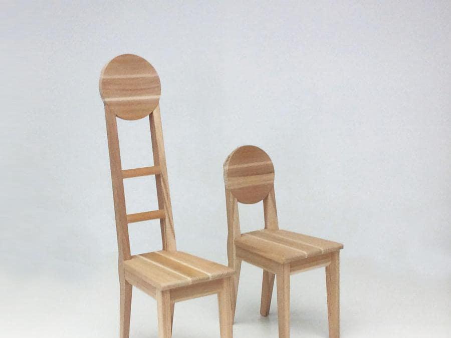 Akita Collection, sedie Oga 1, design Toshiyuki Kita; sedie in legno di cedro rosso giapponese di Akita con schienale tondeggiante. Realizzata dall'artigiano Matsui Mokko.
