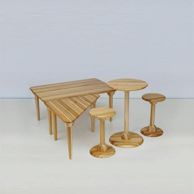 Akita Collection, tavoli Omagari 1, design Toshiyuki Kita; serie di tavoli rotondi, rettangolari e triangolari in legno di cedro rosso giapponese di Akita, con basi tonde o gambe dritte. Realizzata dall'artigiano Nakano Mokko.