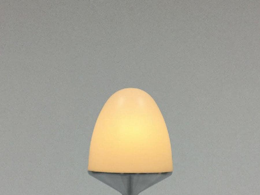 Neel, lampada da tavolo Aled design Toshiyuki Kita; Lampada a sospensione in alluminio e acrilico realizzata a mano da artigiani della filatura del metallo