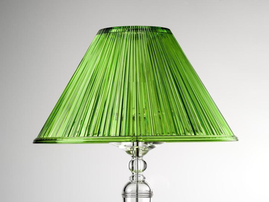 Mario Luca Giusti, lampada da tavolo Plissé. È realizzata in cristallo sintetico e proposta con il cappello plissettato nei colori verde, rosso, opalino e trasparente.