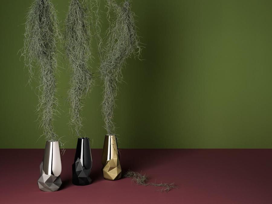 Rosenthal, vasi Geode, design Cédric Ragot; in porcellana, disponibile in nero, bianco, platino e 'new gold'.