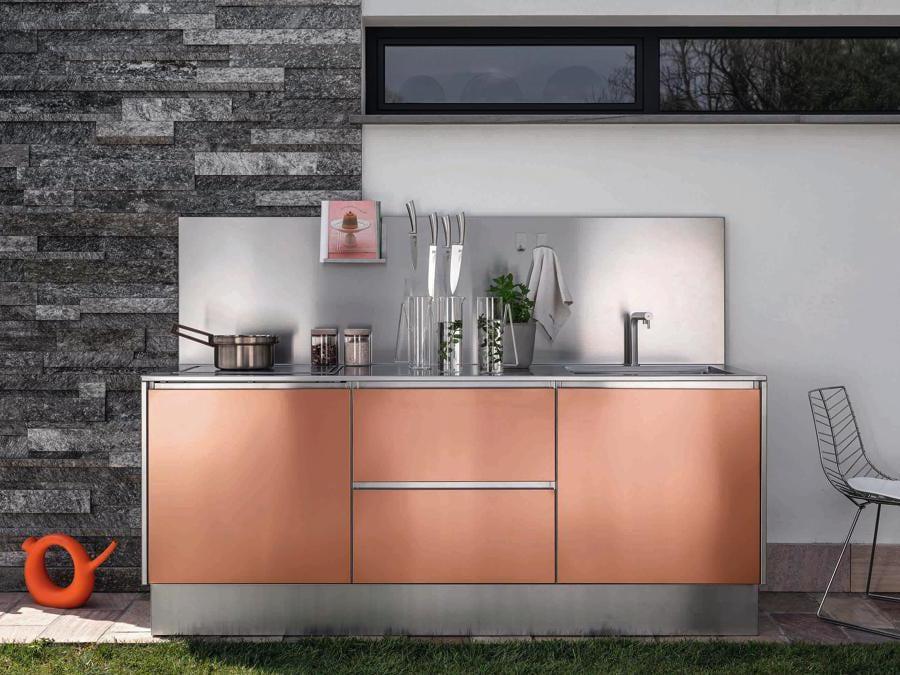 Abimis, Atelier. Cucina outdoor dal cuore di acciaio inossidabile, ma con la possibilità di personalizzare ante e piani rivestendoli o verniciandoli.