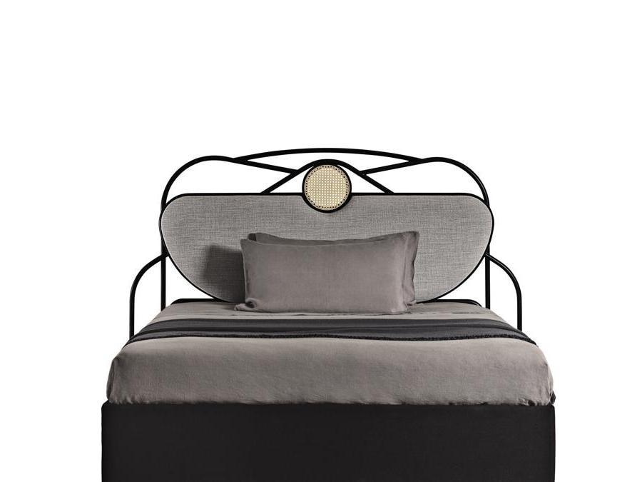 Gebrüder Thonet Vienna, Yvette, design Chiara Andreatti. Testiera con struttura in faggio curvato a vapore e tubolare metallico, decoro in paglia di Vienna. Elemento centrale con imbottitura sfoderabile