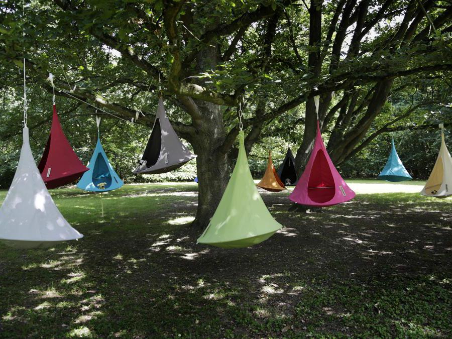 Cacoonworld, Cacoon. Tenda da appendere che può trasformarsi in un riparo, un rifugio, un'amaca, una sedia da giardino sospesa. Disponibile in versione singola o doppia