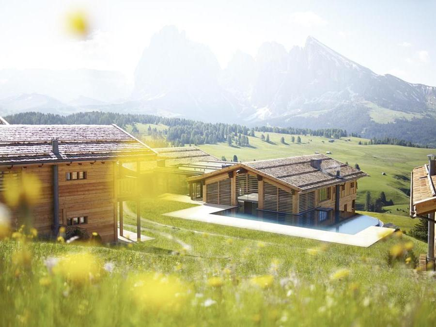 Adler Mountain Lodge, Alpe di Siusi – Arch. Hugo Demetz, studio Delazer. Hotel a 5 stelle, ClimaHotel (CasaClima A Nature), la struttura è quasi interamente costruita in legno. È dotata di riscaldamento con impianto di cogenerazione ad alto rendimento e caldaie a condensazione a gas metano e recupero calore impianto frigo e piscine.