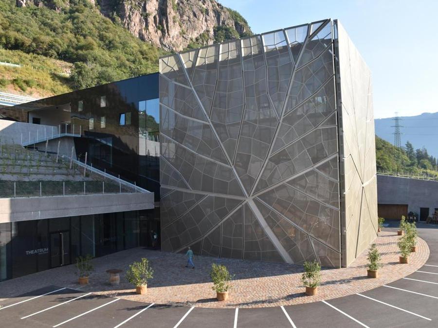 Nuova cantina vinicola Gries, Bolzano – Dr. Ing Egon Kelderer – Dell'Angolo – Kelderer - Architekturbüro. Ipogea per il 94% del volume totale, la struttura integra gli ampi spazi delle cantine e dei vani tecnici all'edificio amministrativo, così da rispettare le esigenze logistiche e ben integrarsi con la città di Bolzano.