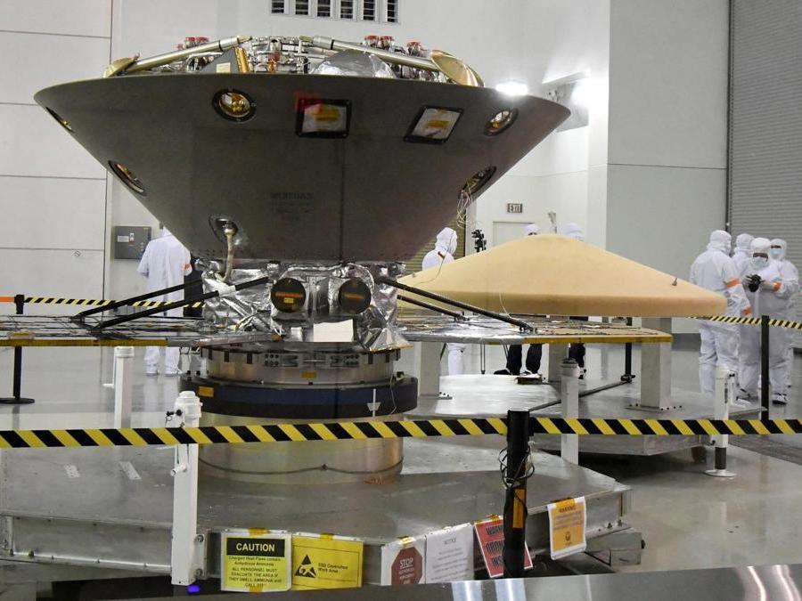 La sonda spaziale InSight della NASA, destinata alla regione dell'Elysium Planitia situata nell'emisfero settentrionale di Marte, viene sottoposta ai preparativi finali presso la Base aeronautica di Vandenberg, California. REUTERS/Gene Blevins