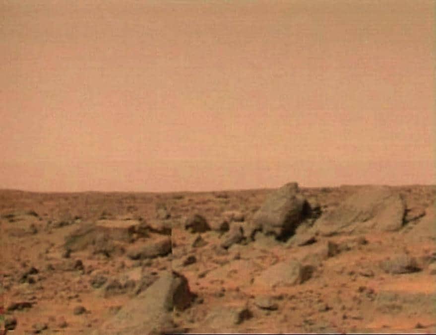 La superficie di Marte è mostrata in questa immagine trasmessa alla Terra dalla sonda Mars Pathfinder venerdì 4 luglio 1997. (AP Photo/NASA TV)