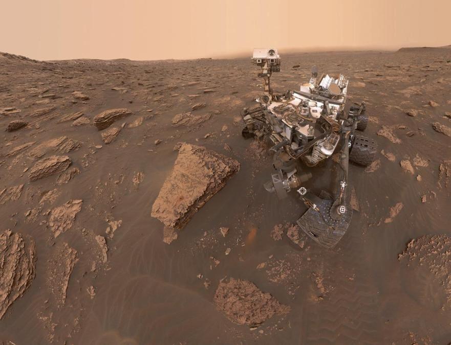 Questa immagine composita composta da una serie di foto del 15 giugno 2018 mostra un autoritratto del rover Curiosity Mars della NASA nel Gale Crater. (NASA/JPL-Caltech via AP)
