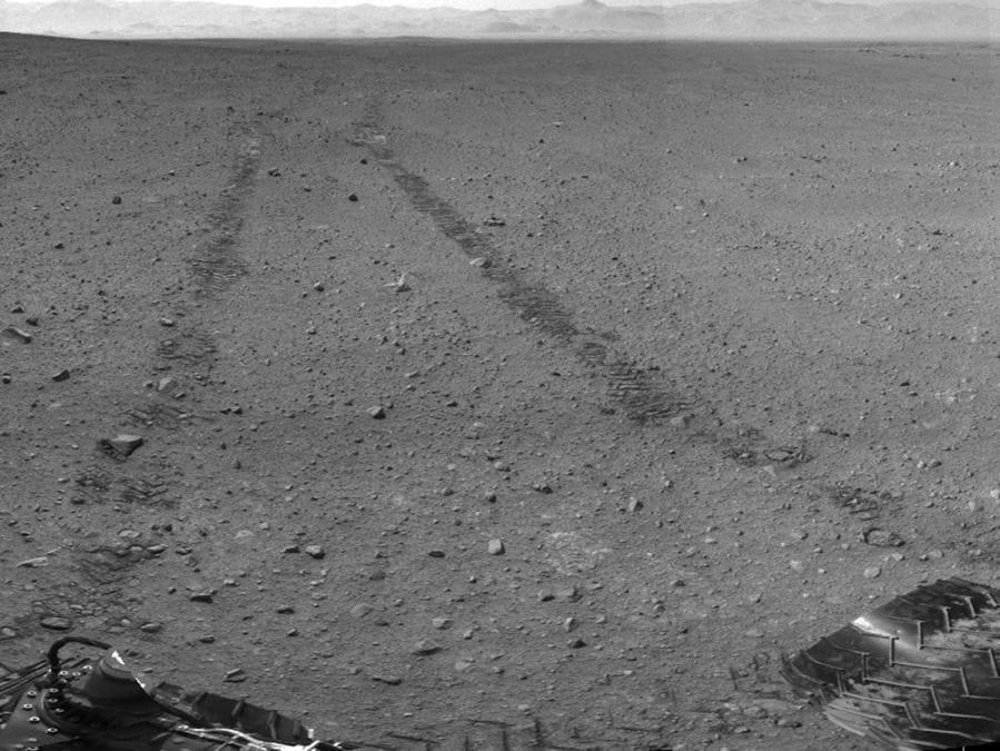 Questa immagine fornita dalla NASA / JPL-Caltech mostra i dintorni del luogo in cui la sonda Rover Mars NASA Curiosity è arrivata il 4 settembre 2012. Si tratta di un mosaico di immagini scattate dalla Curiosity's Navigation Camera (Navcam) seguendo il disco Sol 29 di 100 piedi. A circa 9 piedi di distanza, le tracce dal disco sono visibili nell'immagine. (AP Photo/NASA/JPL-Caltech)