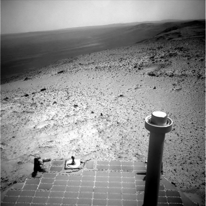 Questa immagine inviata dal rover Opportunity della NASA il 7 gennaio 2015 mostra una vista dall'alto di una collina marziana. (NASA via AP)
