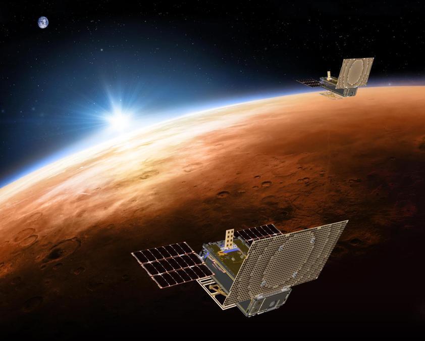 Questa illustrazione messa a disposizione dalla NASA nel marzo 2018 mostra le navicelle gemelle del progetto Mars Cube One (MarCO) che sorvolano Marte con la Terra e il sole in lontananza. Sono progettati per volare dietro il lander InSight della NASA durante la sua crociera su Marte (NASA/JPL-Caltech via AP)