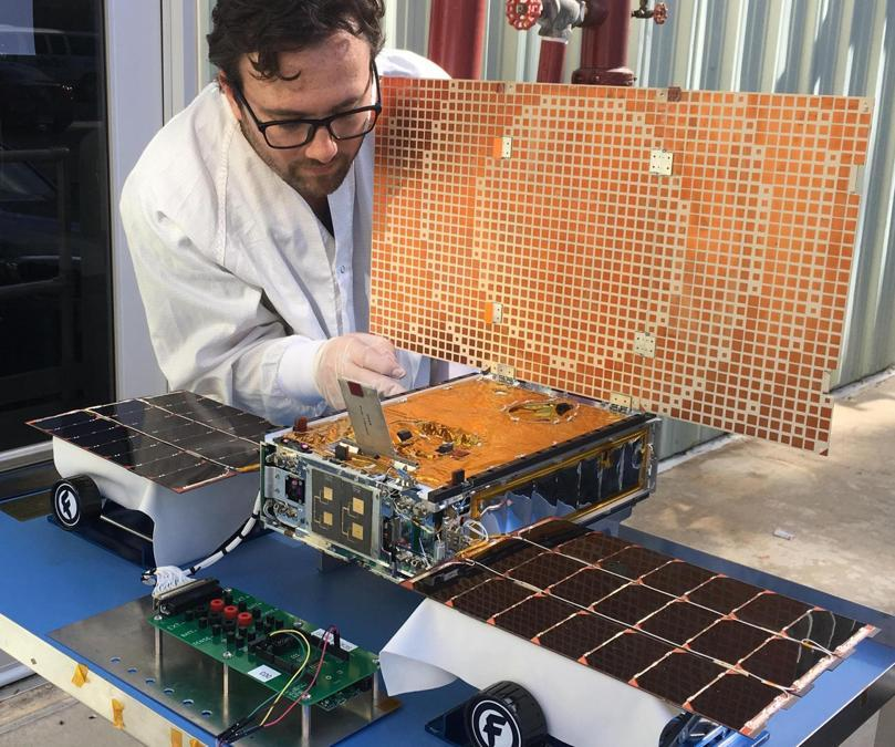 In questa foto non datata messa a disposizione dalla NASA nel marzo 2018, l'ingegnere Joel Steinkraus utilizza la luce solare per testare i pannelli solari su uno dei veicoli MarCode del progetto Mars Cube One presso il Jet Propulsion Laboratory della NASA a Pasadena, in California. (NASA/JPL-Caltech via AP)