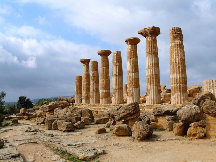 Agrigento, un corrusco teatro nella Valle dei Templi