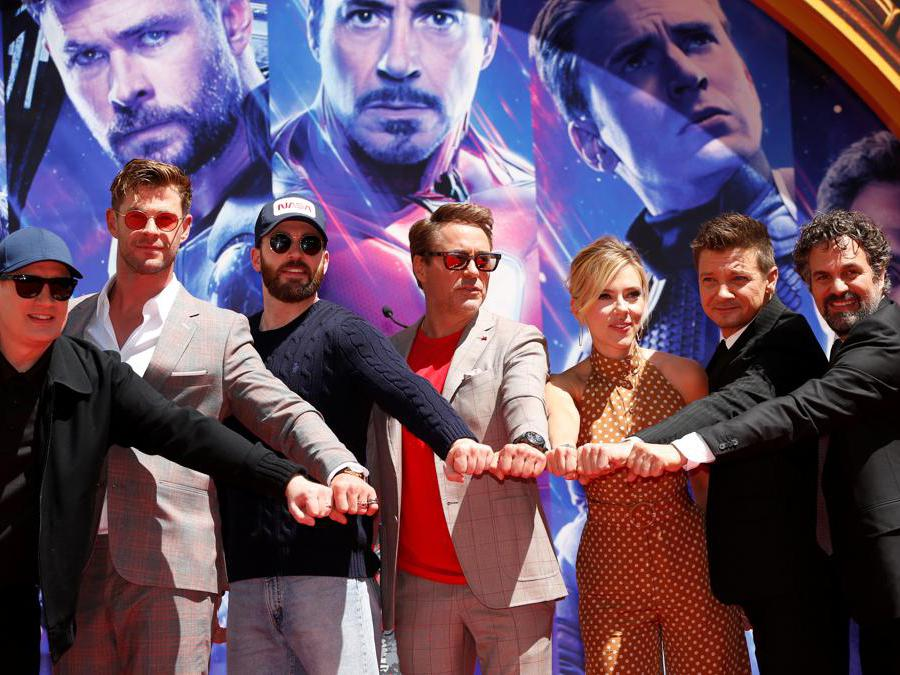 Gli attori  Robert Downey Jr., Chris Evans, Mark Ruffalo, Chris Hemsworth, Scarlett Johansson, Jeremy Renner e il presidente degli Studi Marvel,  Kevin Feige  (Reuters/Mario Anzuoni)