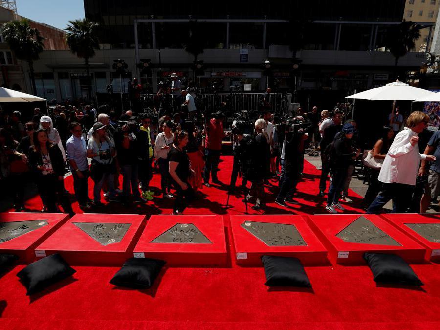 Impronte e firme degli attori Robert Downey Jr., Chris Evans, Mark Ruffalo, Chris Hemsworth, Scarlett Johansson, Jeremy Renner e del presidente degli Studi Marvel  dopo la cerimonia  al TCL Chinese Theatre di Hollywood, a Los Angeles.  (Reuters/Mario Anzuoni)
